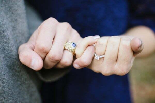 Chú rể nên đeo nhẫn cưới tay nào