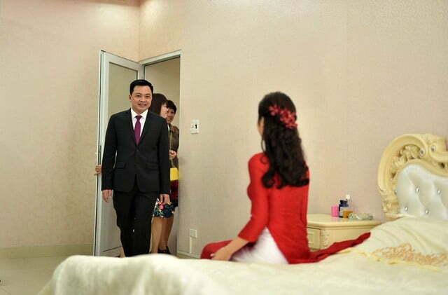Cô dâu chỉ xuất hiện khi chú rể bước vào